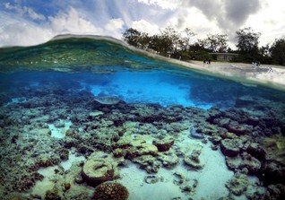 WIDER IMAGE-Australia keeps fingers crossed UNESCO won't blacklist Great Barrier Reef