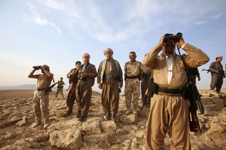 Kurdish Peshmerga forces stand guard near the town of Makhmur, south of Erbil, capital of Iraqi Kurdistan after Islamic State (IS) insurgents withdrew