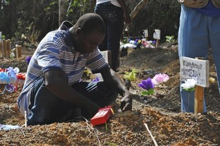 Ebola set to persist in 2015, but funds for aid are lacking -WHO
