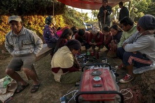 Quake-hit Nepalis need information, not just food and water