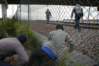 Calais migrants undaunted by extra French riot police