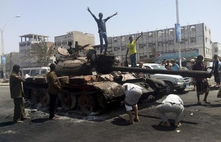 Heavy fighting in Aden as Yemen's Houthis make gains