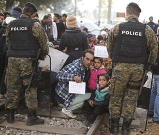 EU sounds alarm as internal barriers rise in refugee crisis