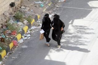 U.N. diplomat pushes to hold Yemen talks, Arab air strikes pound Houthis