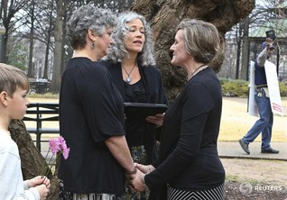 Alabama high court orders halt to same-sex marriage licenses