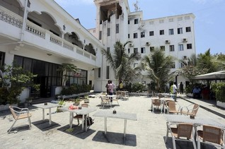 Somalia hotel siege ends, 14 dead - government