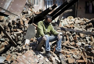 Near Nepal quake epicentre, survivors dig for loved ones alone