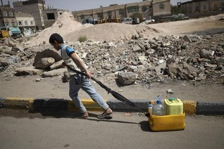 Aid agencies may stop Yemen work, Houthis say raids near border kill 43