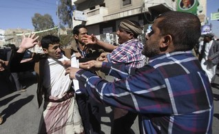 ANALYSIS-Yemen risks disintegration as south rejects Shi'ite group's takeover